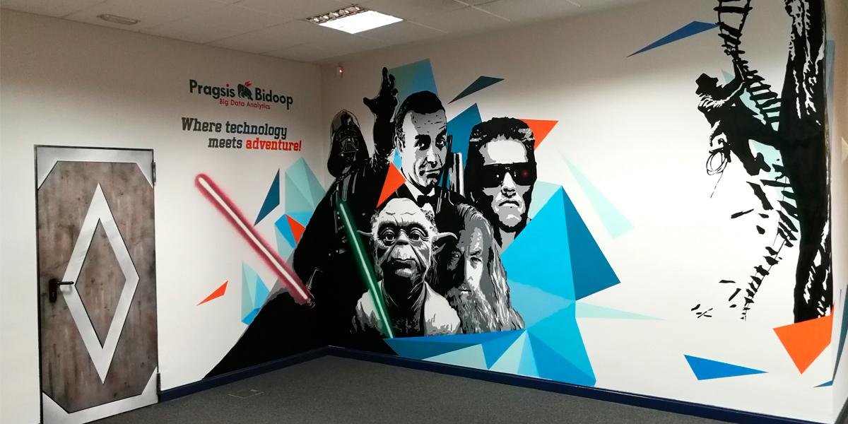 Mural con temática de películas de cine en oficina de Madrid