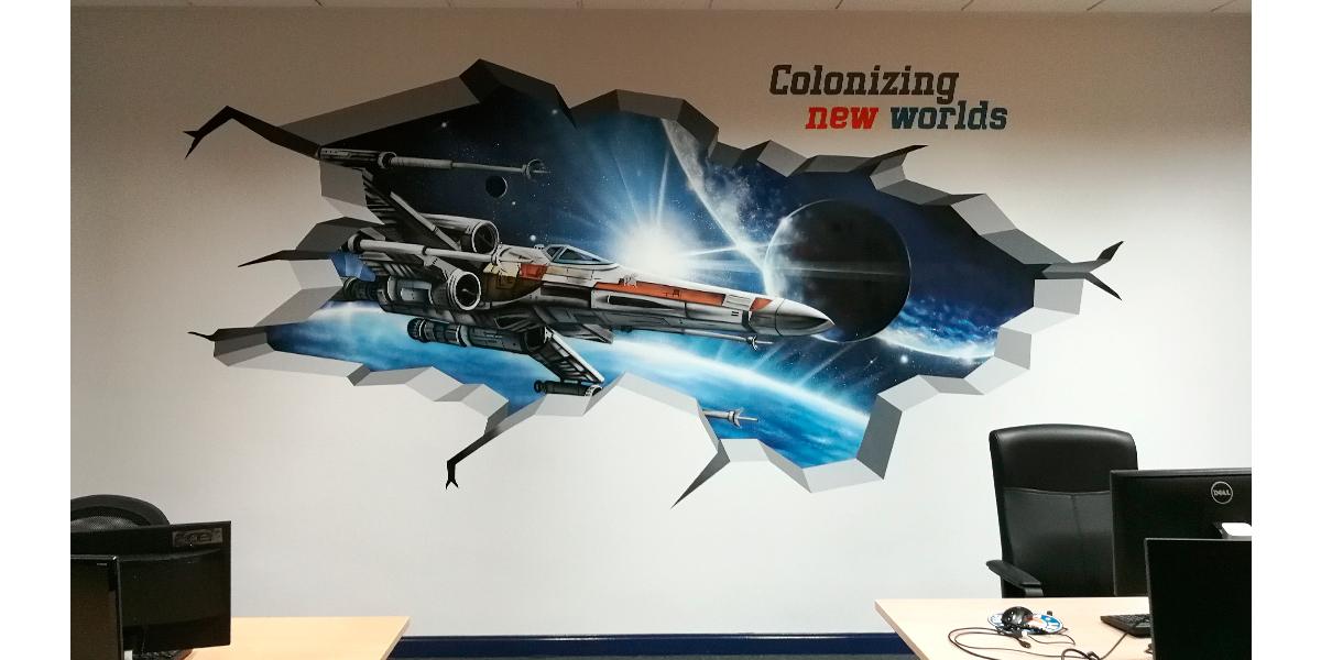 Graffiti trampantojo de nave X Wing de Star Wars en oficina