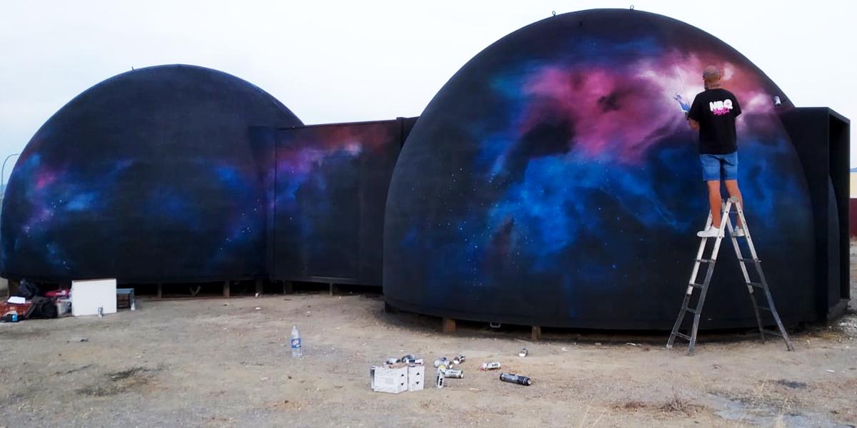 Graffiti mural del espacio exterior
