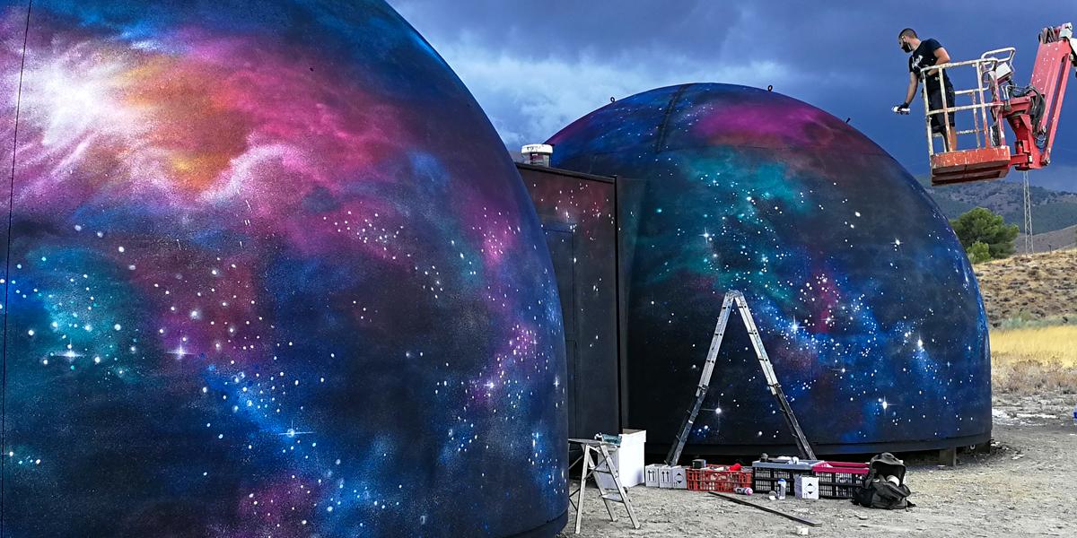 Pintando graffiti en planetario