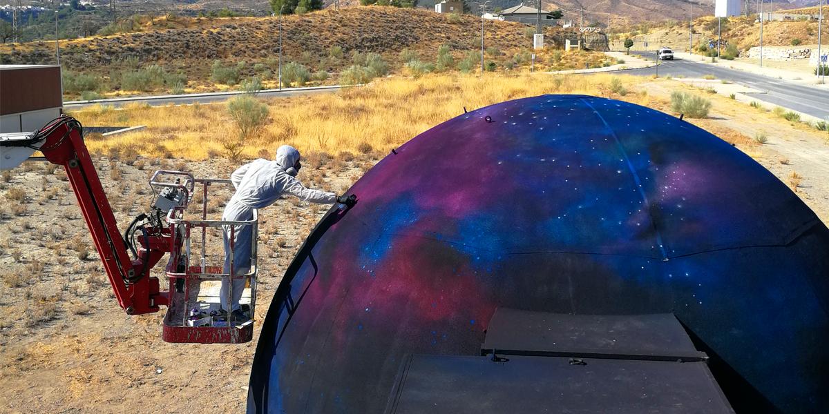 Graffiti profesional del espacio en el exterior de un planetario