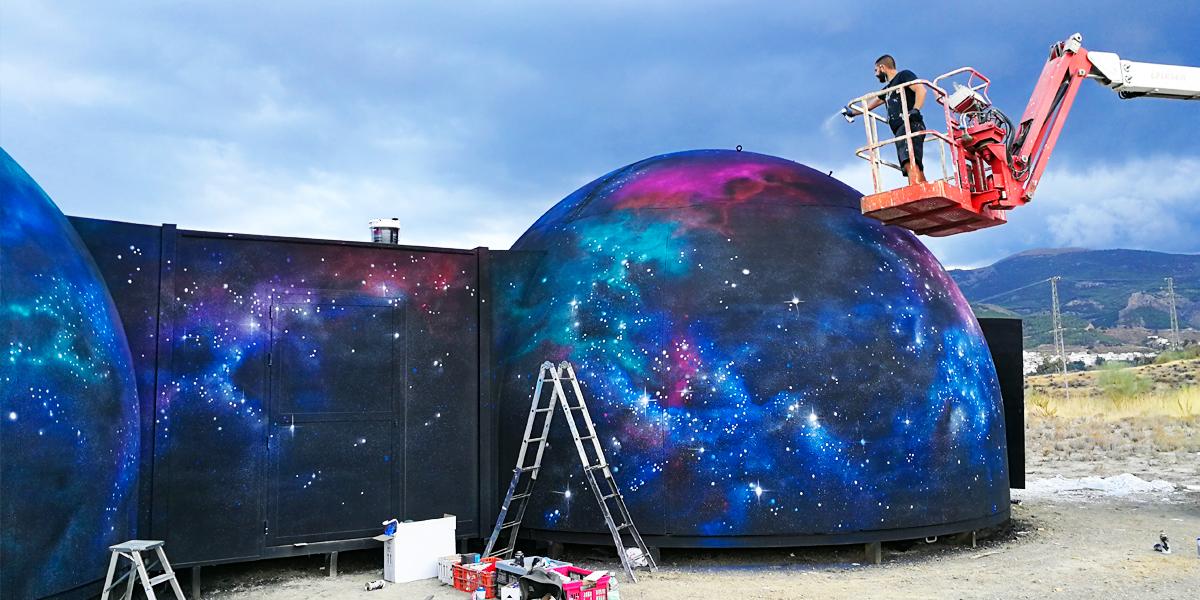 Graffiti de paisaje espacial en Almería