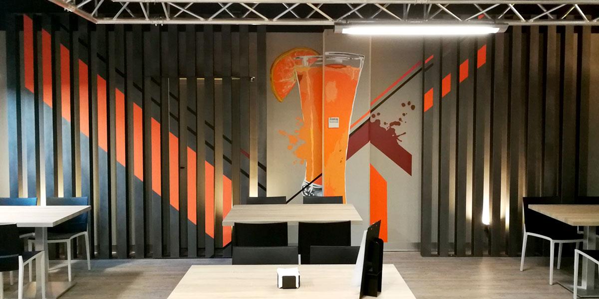 Graffiti de zumo de naranja con estilo industrial en Madrid.