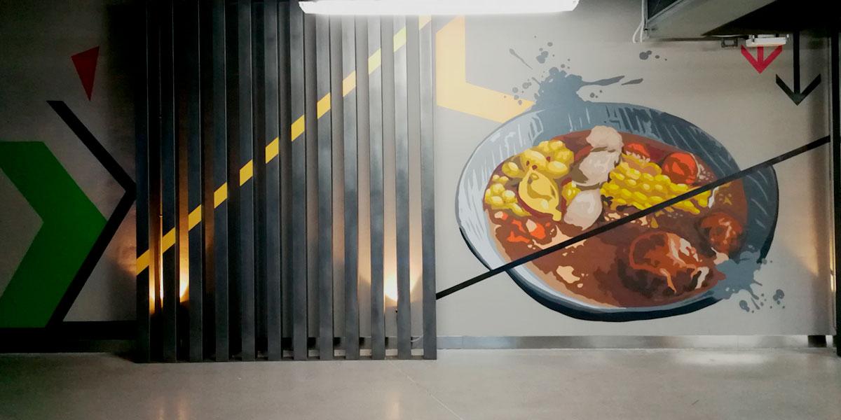 Graffiti de plato de guiso en restaurante de oficinas de Madrid.
