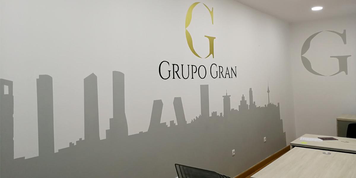Graffiti en oficina con skyline de Madrid