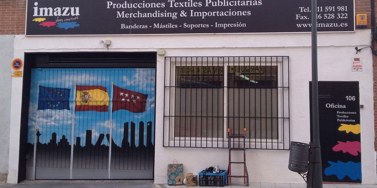 Graffiti con banderas y skyline de Madrid.