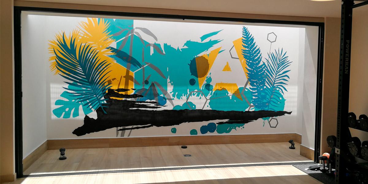 Mural artístico en interior.