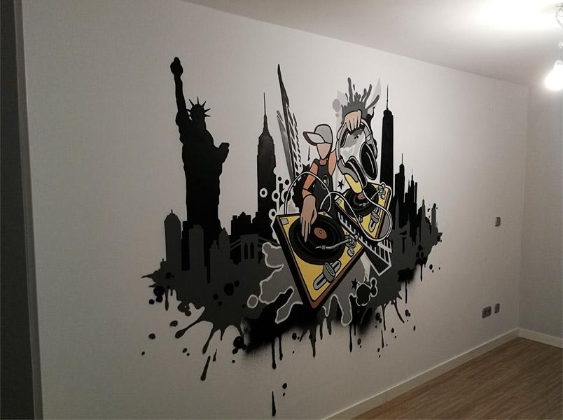 Graffiti de DJ en interior de casa.