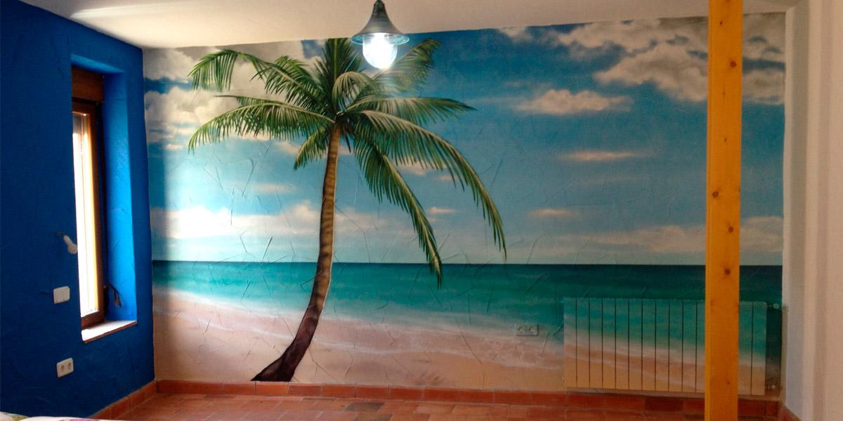 Mural de playa y palmera en casa.