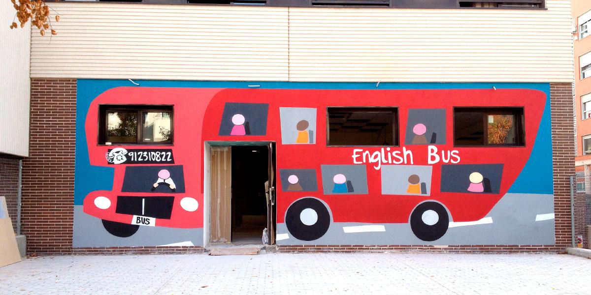 Graffiti mural en fachada de escuela de idiomas de Madrid.