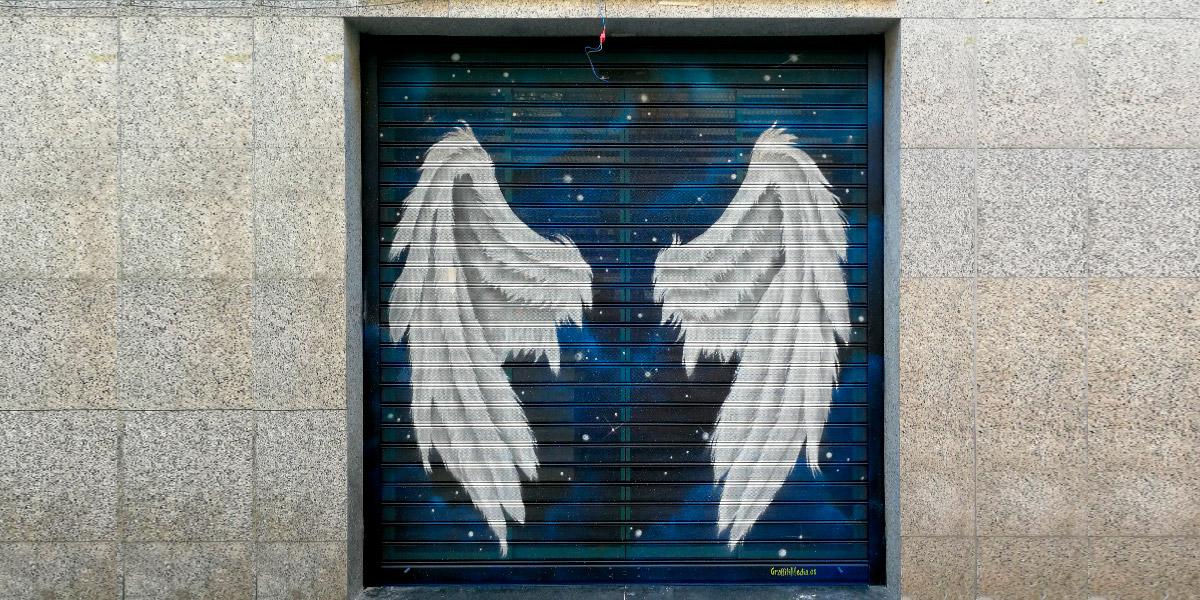 Graffiti de alas en cierre de Madrid para hacerse fotos posando