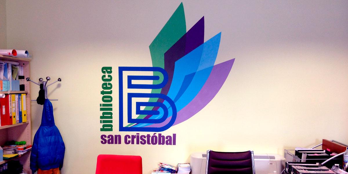 Mural con logotipo en biblioteca.