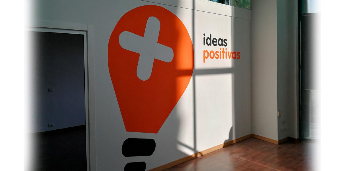 Graffiti con logotipo pintado en oficina.