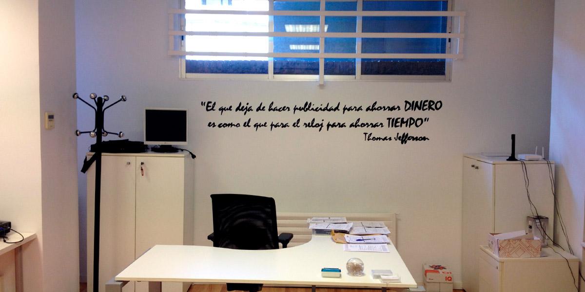 Oficina de Madrid con rótulo pintado a mano.