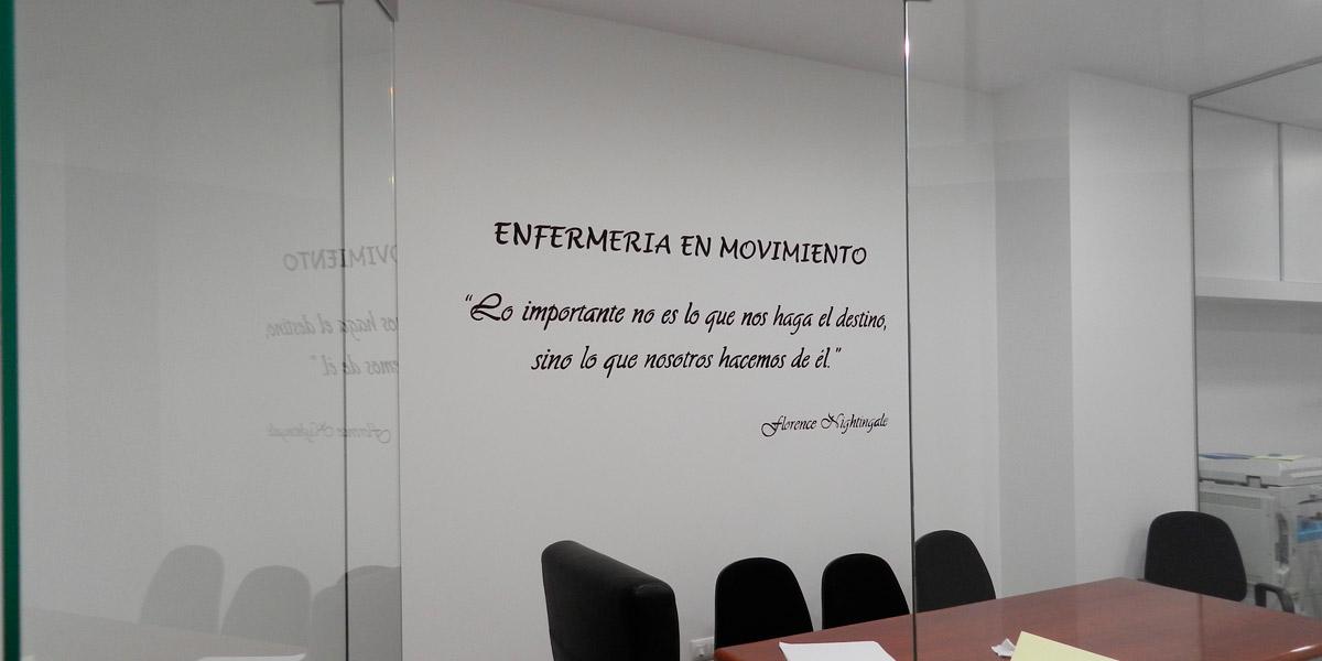 Rótulo pintado a mano en oficina de Segovia.